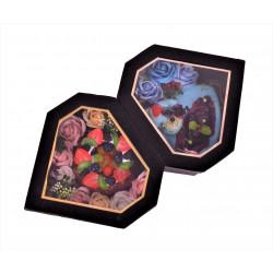 Cutie cu aranjament din flori de sapun si fructe pe tort inima din plastic