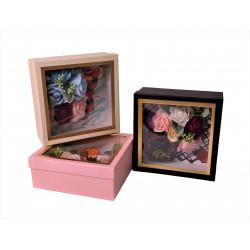 Cutie patrata cu aranjament din flori de sapun si fructe
