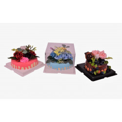 Aranjament din flori de sapun pe tort rotund din plastic